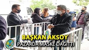 Başkan Aksoy pazarda maske dağıttı