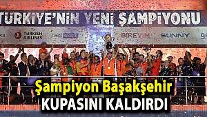 Şampiyon Başakşehir kupasını kaldırdı